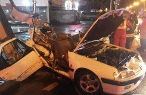 برخورد شدید خودروی سواری با تیر چراغ برق یک کشته و سه زخمی بر جای گذاشت